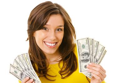 sieviete ar naudu rokās